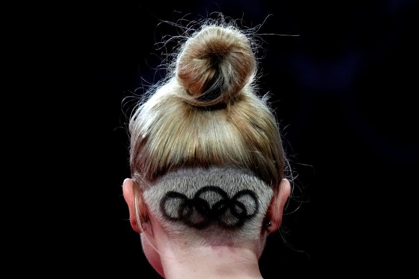 Maria Fazekas con i cinque cerchi olimpici tatuati sulla nuca