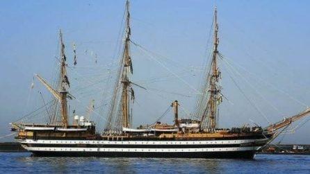 Il fascino della nave scuola Amerigo Vespucci nel golfo di Napoli
