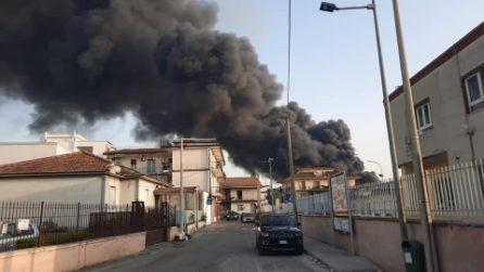 Vasto incendio nel Casertano, colonna di fumo nero visibile da chilometri