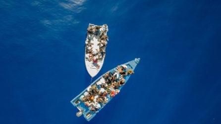 L'ONG spagnola Open Arms soccorre una barca di migranti a largo di Lampedusa