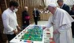 Papa Francesco gioca a biliardino dopo l'udienza generale del mercoledì nell'Aula Paolo VI