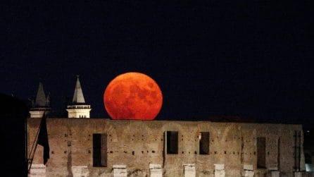 Luna rossa su Roma: le spettacolari immagini