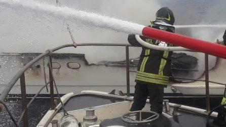 Imbarcazione in fiamme tra Tarquinia e Montalto di Castro: le operazioni dei vigili del fuoco