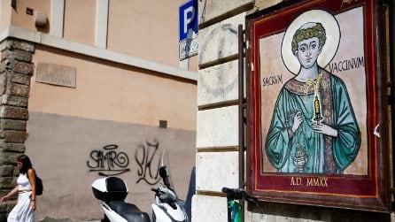 """Roma, il murale sul """"Sacro Vaccino"""" dello street artist MauPaul"""