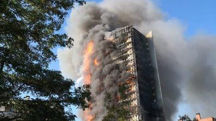 Milano, grattacielo in fiamme: l'edificio divorato dal fuoco