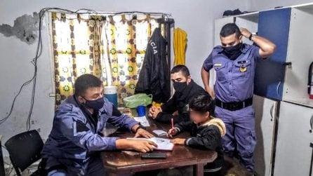 Il figlio non fa i compiti, la madre chiama la polizia e gli agenti lo aiutano a studiare