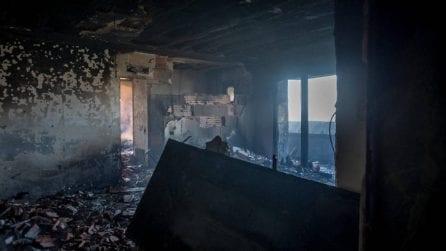 Le prime foto dall'interno del grattacielo bruciato a Milano: porte blindate squagliate e cenere
