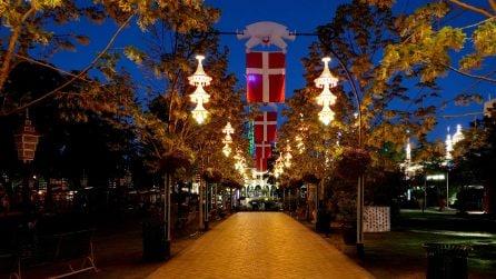 Di notte ai giardini di Tivoli a Copenhagen, il parco divertimenti che sembra uscito da una fiaba
