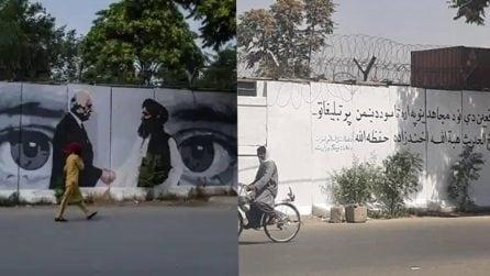 Afghanistan, i talebani sovrappongono un murale simbolico con una frase