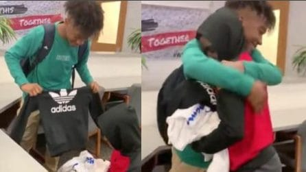 Bullizzato perché non può permettersi abiti nuovi: compagno di classe gli regala tre borse di vestiti