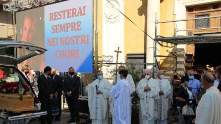 I funerali di Chiara Ugolini: migliaia di persone in piazza e maxischermi per l'ultimo saluto