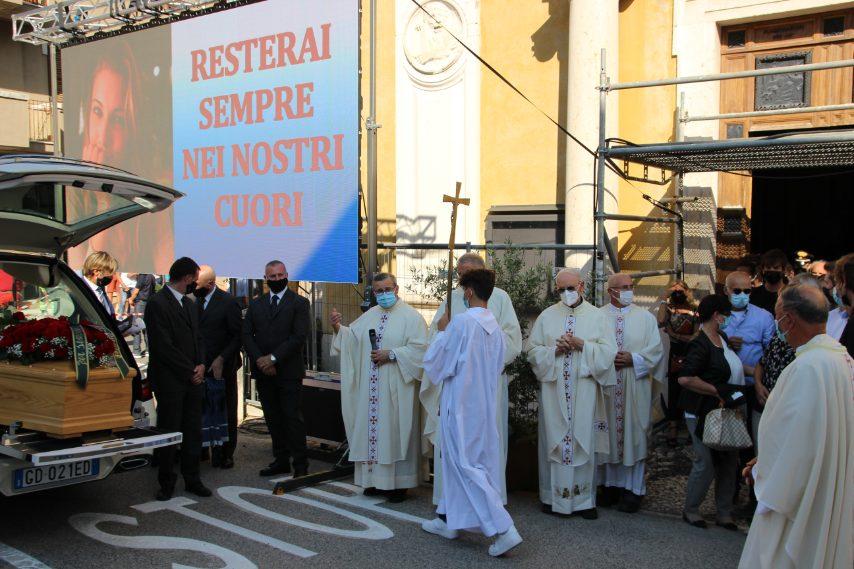 Per permettere alle persone in piazza di seguire la messa, è stato reso disponibile un maxischermo fuori dalla chiesa