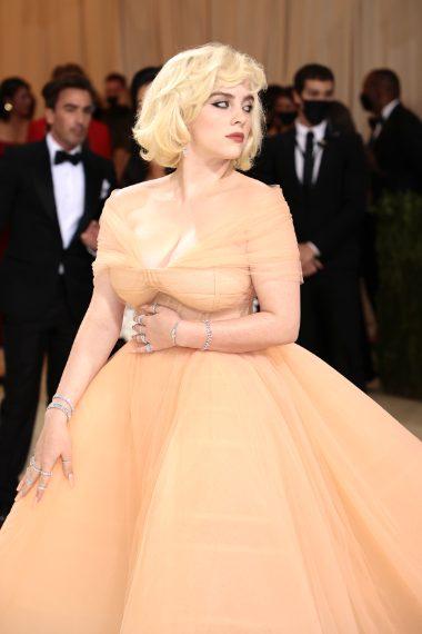 Il beauty look e l'acconciatura sono ispirati a Marilyn Monroe