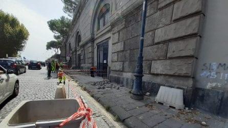 Crolla il cornicione della Galleria Vittoria, transennata via Acton