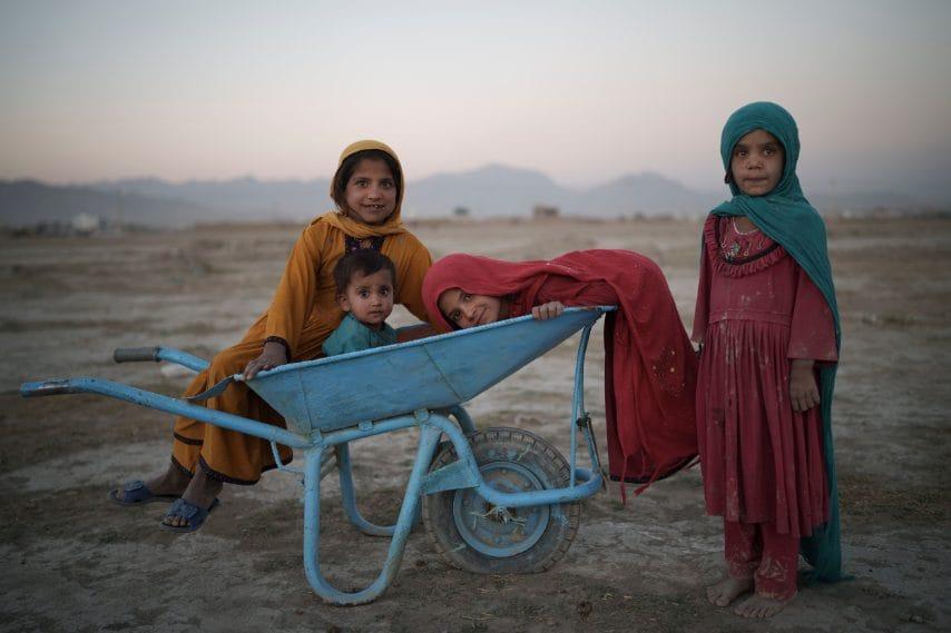 Bambini posano per una foto mentre giocano in un campo per sfollati interni a Kabul, in Afghanistan.