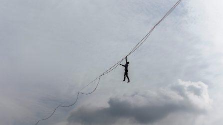 Parigi, funambolo tenta di camminare in equilibrio su un filo