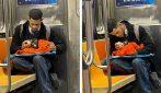 Uomo avvistato con un gattino in metro: un gesto di grande sensibilità