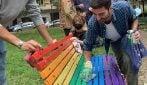 Milano, insulti omofobi sulla panchina arcobaleno: gruppo di giovani la ripulisce