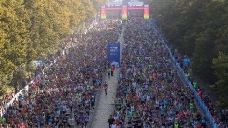 Berlino, migliaia di persone partono per la Maratona in città: vince Adola