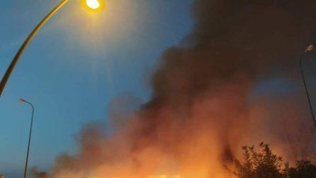 La Terra dei Fuochi brucia ancora, maxi-rogo sull'Asse Mediano di rifiuti nella notte