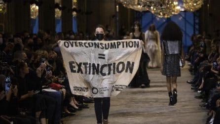 Parigi Fashion Week, protesta ambientalista durante la sfilata Louis Vuitton