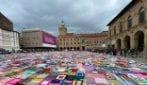 Bologna, Piazza Maggiore coperta con coperte di lana contro la violenza sulle donne