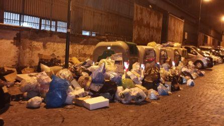 Napoli sommersa dai cumuli di rifiuti, c'è lo sciopero degli spazzini