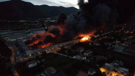Maxi incendio nel Beneventano, enorme colonna di fumo nero