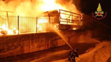 Incendio in un deposito di camion, decine di tir in fiamme a Montefredane (Avellino)