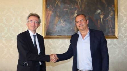 Manfredi e De Magistris, passaggio di consegne al Comune tra i due sindaci