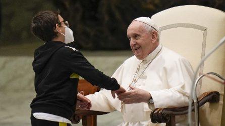 Bambino di 10 anni si avvicina al Papa: un bacio e una sedia per lui