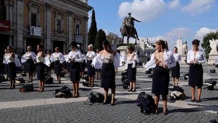 """Flashmob delle hostess Alitalia in Campidoglio: """"Insieme alla divisa, ci hanno tolto la vita"""""""