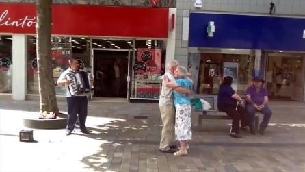 Il valzer più romantico che ci sia, coppia di vecchietti offre spettacolo in Inghilterra