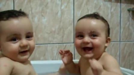 Gemellini si divertono insieme a fare il bagnetto nella vasca