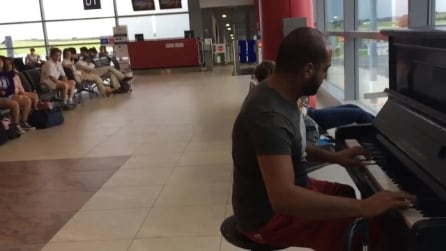 """Improvvisa al piano in aeroporto """"Per Elisa"""" di Beethoven, passeggeri in attesa estasiati"""