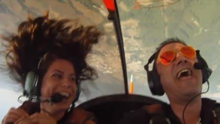 Pilota acrobatico porta in volo la fidanzata: a testa in giù le chiede di sposarlo
