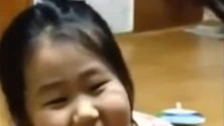 Le tolgono il suo primo dentino, lei reagisce così