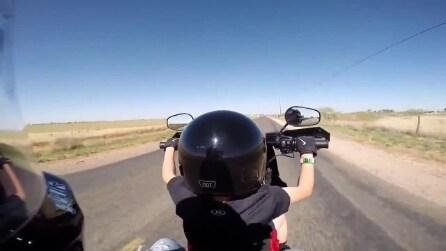 Bimbo di 6 anni alla guida di una grossa motocicletta