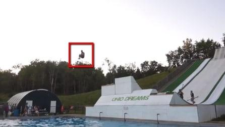 Tuffi in piscina da paura, ecco il super scivolo che ti fa volare