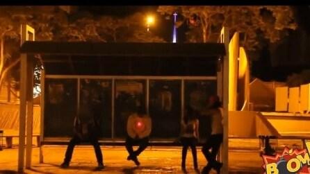 L'esilarante scherzo del cecchino che spara alla fermata dell'autobus
