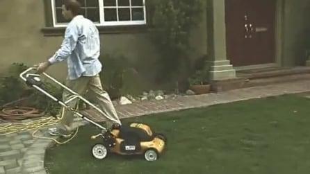 Aziona il tagliaerba e viene quasi investito da un'auto