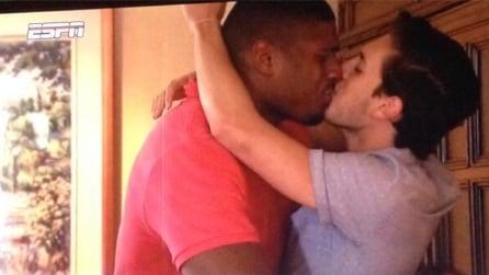 Michael Sam: il video del bacio gay che sta facendo il giro del mondo