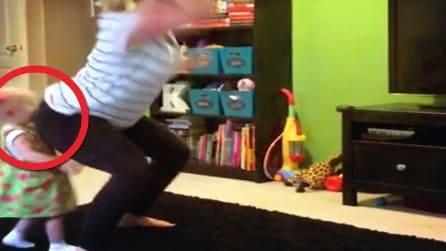 Mette a tappeto la figlia con un colpo di bacino durante un ballo sensuale