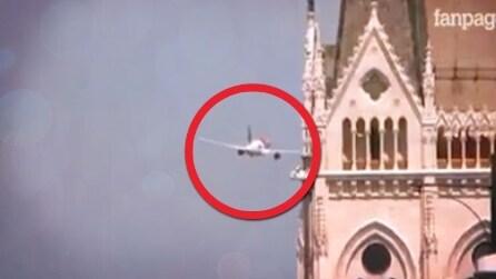 Brividi su Budapest all'airshow, l'aereo sorvola il Danubio a bassa quota