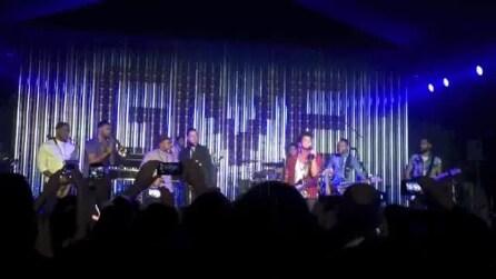 Brad Pitt suona sul palco con Bruno Mars