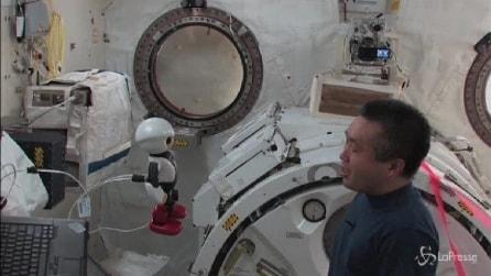 Commovente addio fra un robot e un astronauta nello spazio
