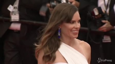 Cannes, Hilary Swank abbagliante in bianco Versace per 'The Homesman'