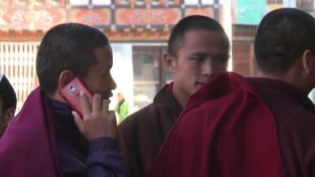 La tecnologia conquista il Bhoutan, cellulari per i monaci buddisti