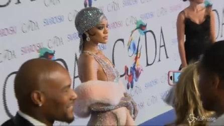 Rihanna vedo-non vedo agli Awards del Council of Fashion Designers of America