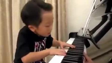 Ha solo 4 anni ma suona il piano come un maestro